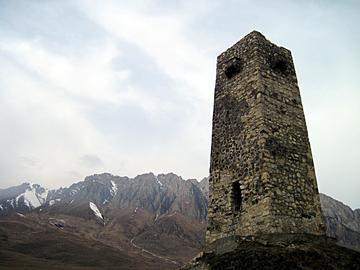 Una torre tra le montagne dell'Ossezia del nord