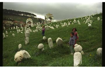 Bambini nel cimitero di Halifakovac (Foto © Danilo Krstanović)