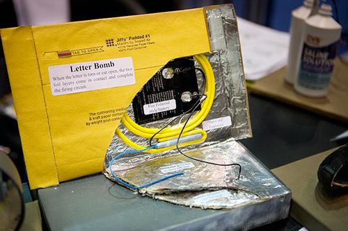 Un modello di lettera esplosiva ricostruita dalla polizia (Topato/Flickr)