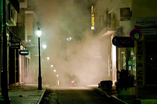 Gas lacrimogeni nelle strade di Atene dopo gli scontri di dicembre 2008 (agelakis/Flickr)