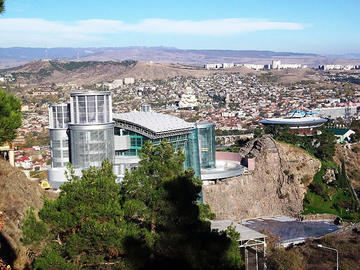 Tbilisi, con il nuovo palazzo presidenziale in primo piano