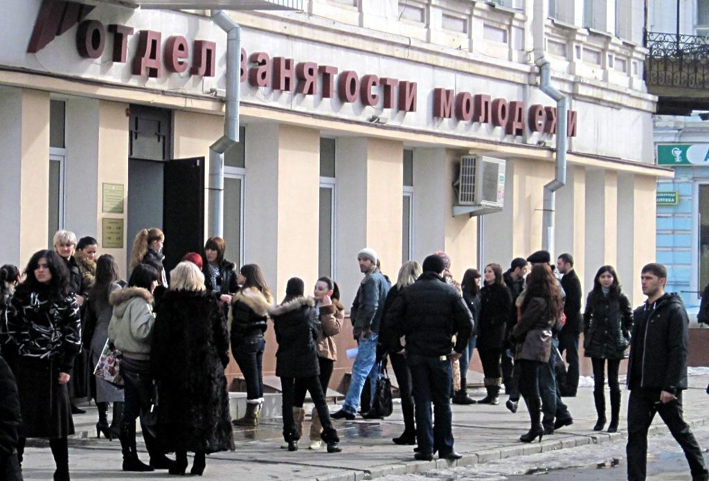Giovani aspettano fuori dall'ufficio del lavoro