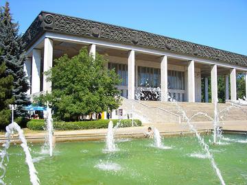 Un classico dell'estate in città: bagni nella fontana del parco antistante il Teatro dell'Opera, a Chişinău. Sul piazzale si affaccia anche il palazzo presidenziale
