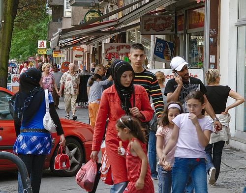 Uno scorcio di Kottbuser Damm, nel quartiere berlinese di Kreuzberg, area a forte immigrazione turca e crocevia di culture