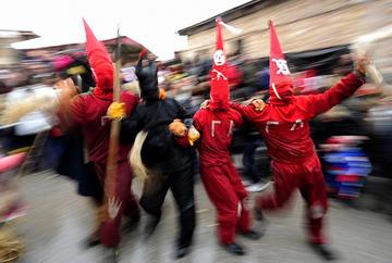 Demoni e personaggi ispirati alla satira politica sfilano durante il carnevale di Vevcani, in Macedonia