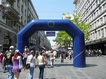 La porta della Ue, allestita a Belgrado il 9 maggio 2009, per la Festa dell'Europa