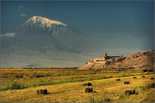 Il monte Ararat visto dall'Armenia, con il monastero di Khor Virap. Al di là l'Anatolia e l'Europa, al di qua il Caucaso del sud