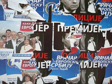 Europa o no? Manifesti della campagna elettorale per le presidenziali 2008, che videro l'affermazione per un secondo mandato dell'europeista Tadic sul nazionalista Nikolic, per circa 120 mila voti. Si distingue anche l'immagine dell'allora premier Kostunica