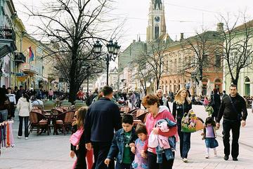 Cittadini per le vie di Novi Sad, in Serbia