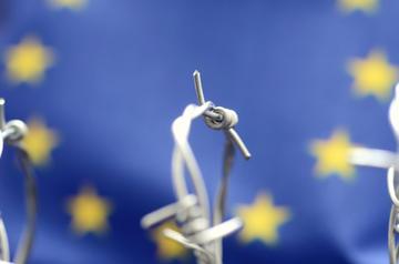 Bandiera europea e filo spinato, foto Corgarashu - Shutterstock.jpg