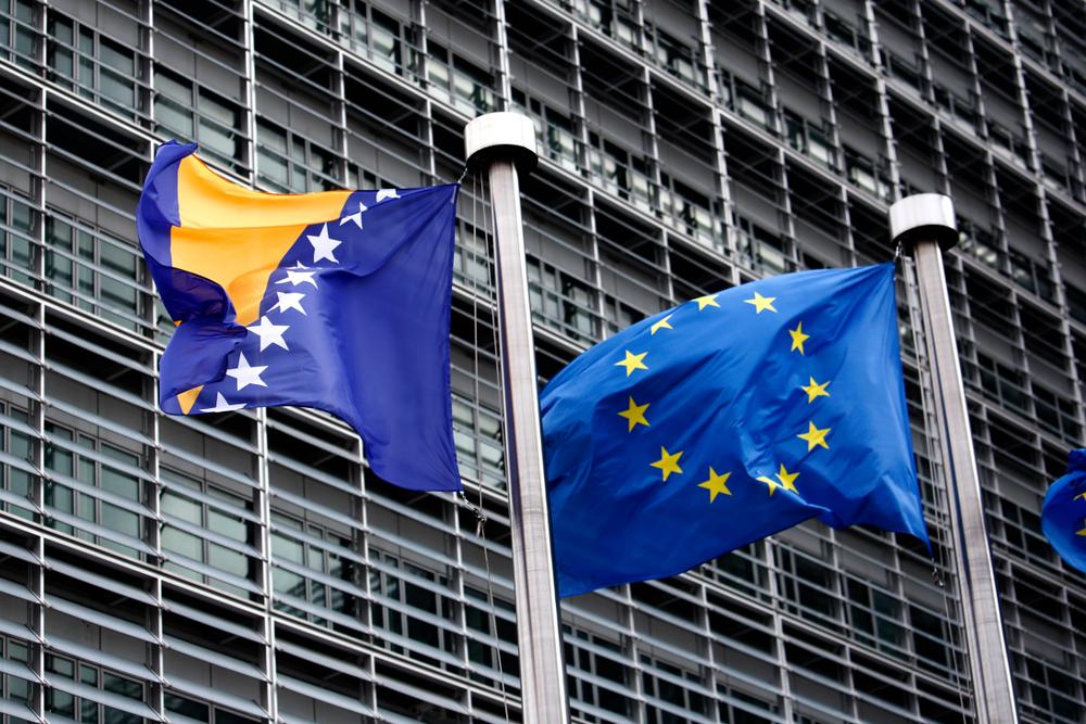 La bandiera della Bosnia Erzegovina e dell'Unione europea (Alexandros Michailidis/Shutterstock)