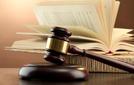 Primo piano del martelletto di legno usato dai giudici in tribunale