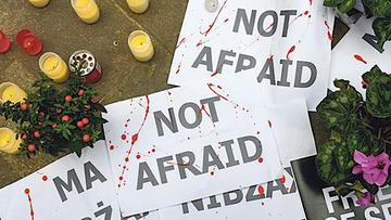 """""""Non abbiamo paura"""" – Cartelli a un memoriale di protesta a Malta dopo l'uccisione della giornalista Daphne Caruana Galizia, il 16 ottobre - Voxeurop"""