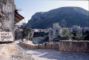 Mostar, il Ponte Vecchio nel 1996 - foto © Giacomo Scattolini.jpg