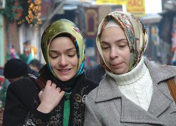 Due donne a passeggio per Eminonu, ad Istanbul